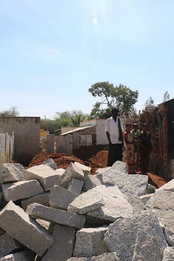 familia cerca de escombros