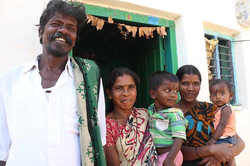 FAMILIA NARASAMMA sonriendo
