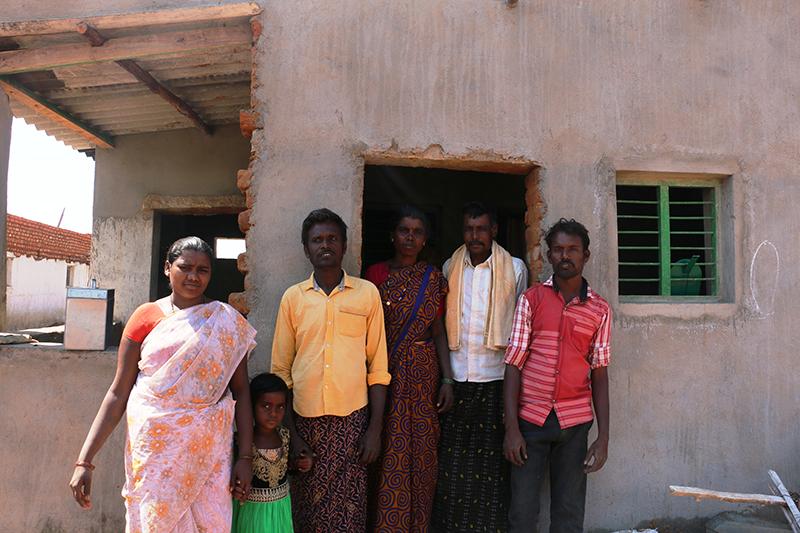 familia thippakka frente a casa