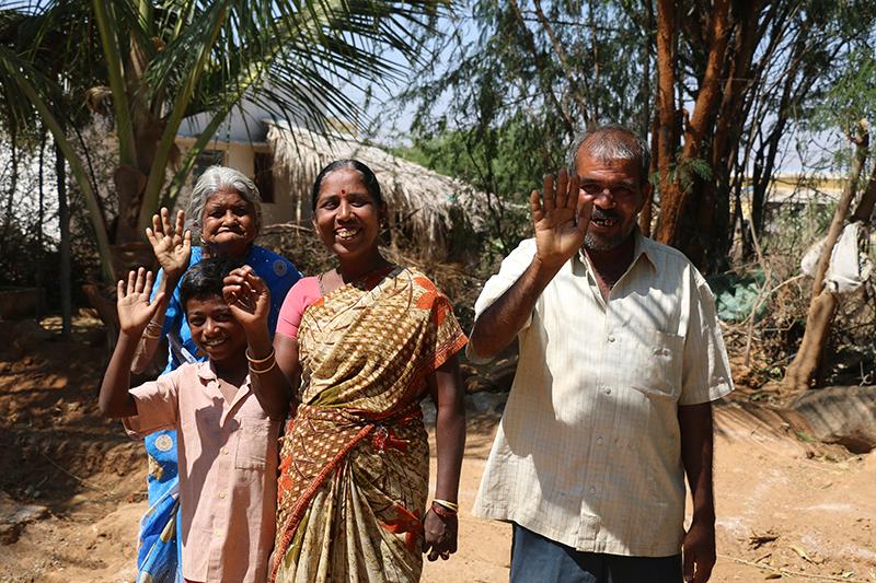 familia saludando