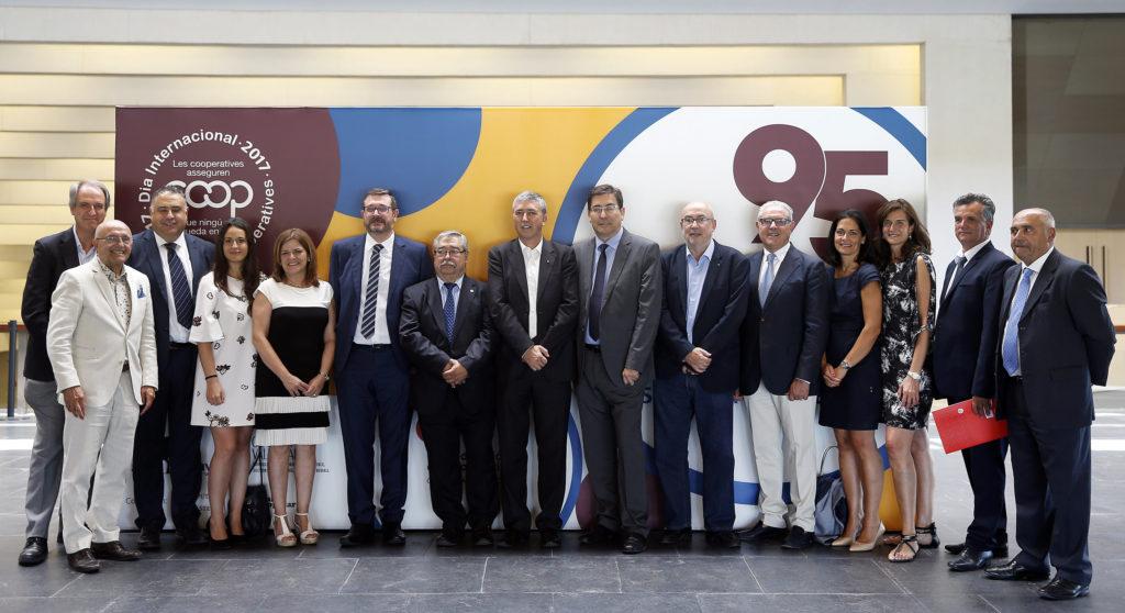 Miembros del Consell Rector de la Confederació de Cooperatives, representantes de las cooperativas homenajeadas y autoridades