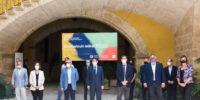 El_consejo_rector_de_Concoval_y_Ximo_Puig_ante_el_cartel_con_el_lema_del_CoopsDay_2021